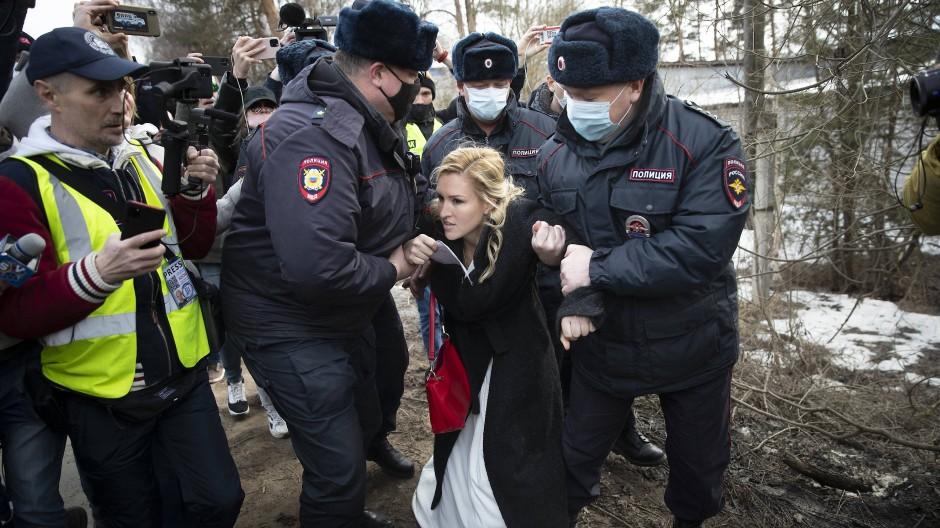 Nawalnyjs Ärztin Anastassija Wassiljewa wird am Dienstag vor dem Straflagers in Pokrow von Polizisten festgehalten.