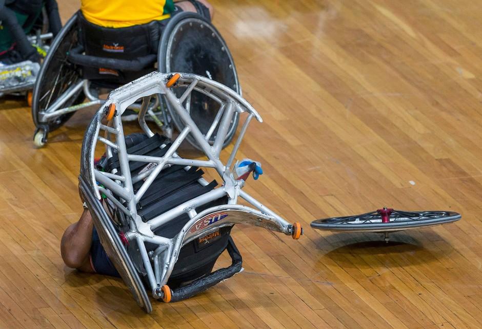 Hart im Nehmen; Ryan Major (USA) überschlägt sich beim Rollstuhl-Rugby Match Australien gegen die Vereinigten Staaten.