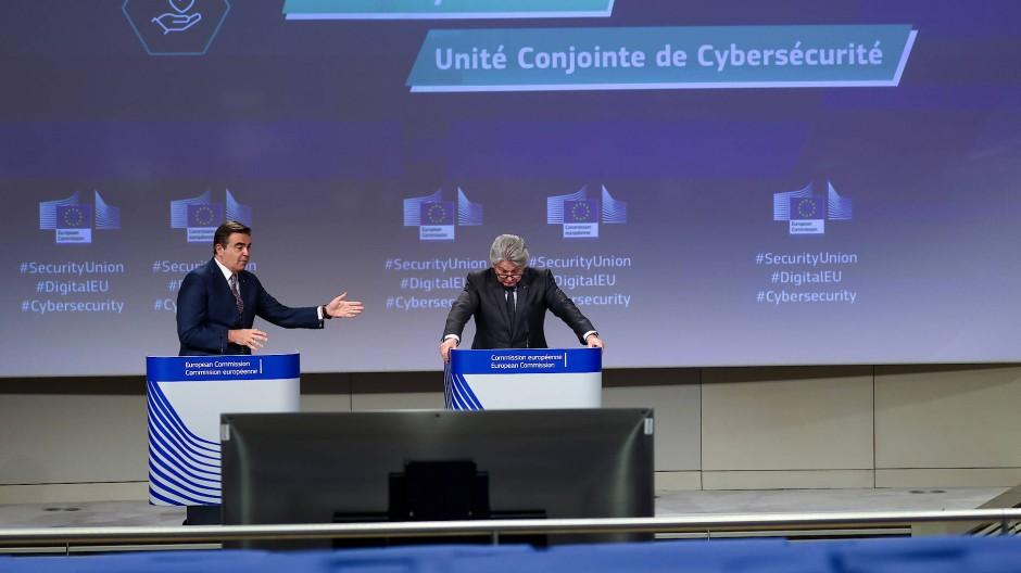 Sehen Cybersicherheit als verteidigungspolitische und nicht als industriepolitische Frage: die EU-Kommissare Margaritis Schinas und Thierry Breton am Mittwoch in Brüssel