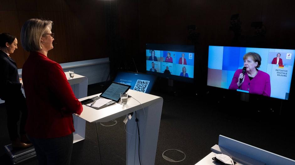 Lernen digitalisieren: Merkel stellt die nationale Bildungsplattform vor.