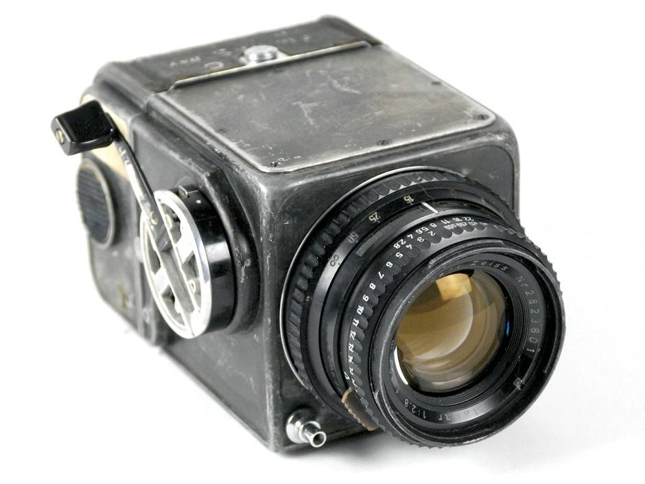 Die Hasselblad 500C mit 80 Millimeter-Zeiss-Objektiv. Damit flogen Wally Schirra und Gordon Cooper ins All. 2014 wurde sie für 275.000 Dollar versteigert.
