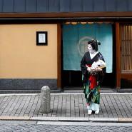 Ikuko wartet auf die anderen Geishas, bevor sie gemeinsam auf einer Feier arbeiten.