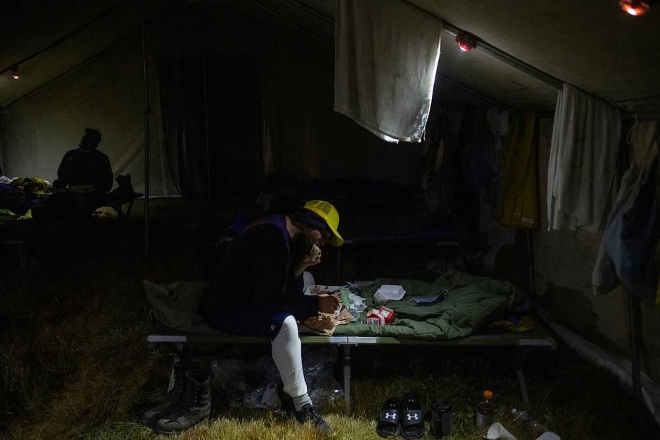 Noch ein schnelles Abendessen auf dem Bett, bevor man sich regeneriert.