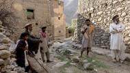 Einige der verbliebenen Einwohner des Dorf Tolkha im Pandschir-Tal, links der durch Schüsse verletzte Noor Allam Said und sein Vater Ghulam Said