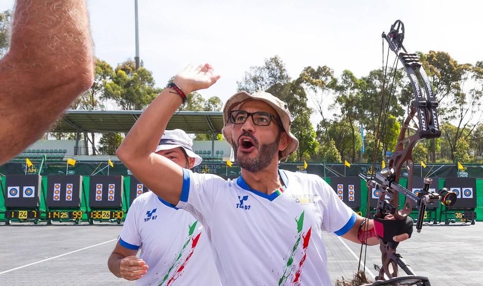 Der Italiener Angelo Corsaro  feiert seinen Sieg beim Bogenschießen.