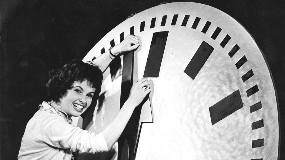Wer hat an der Uhr gedreht? 1965 entstand dieses Symbolfoto von Lutz Kleinhans für den Jahreswechsel.