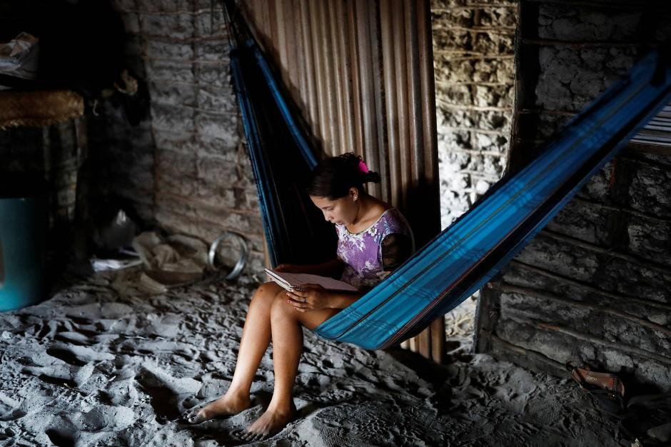 Maria da Luz' Tochter Ida liest ein Buch in der Hängematte.