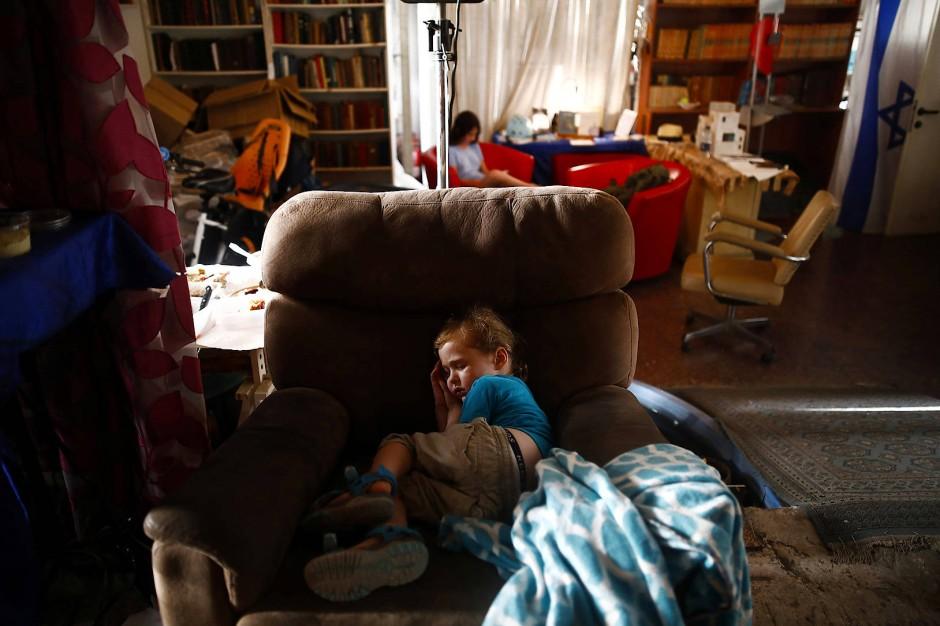 """Ein Junge macht Mittagsschlaf im Kulturzentrum der """"Yung Yidish""""."""