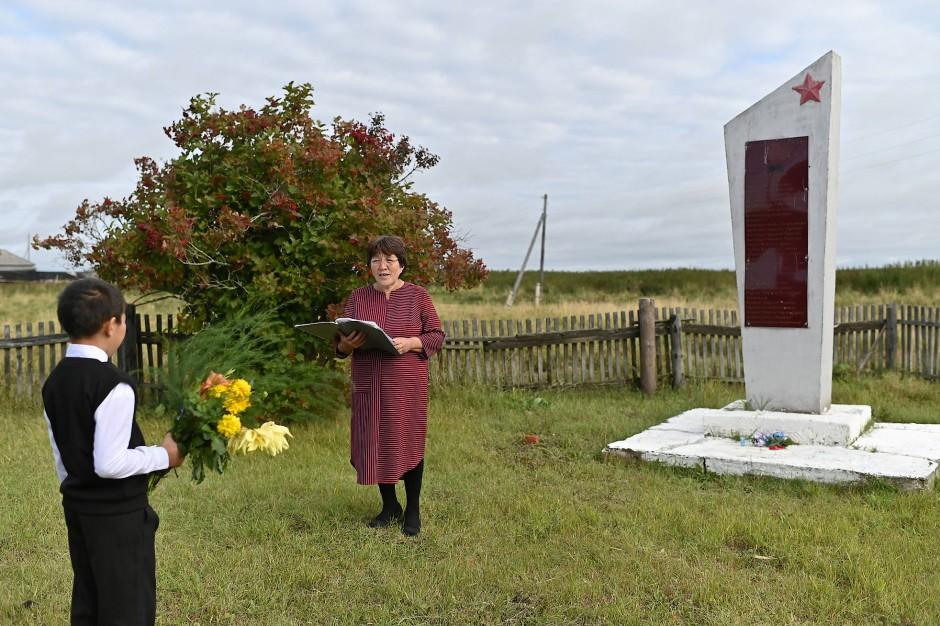 Die Lehrerin Uminur Kuchukova hält für Ravil Izhmukhametov als einzigen Teilnehmer die Neuschuljahrszeremonie am Denkmals für die Opfer des Zweiten Weltkrieg ab.