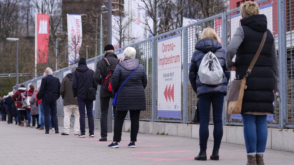 Warteschlange vor dem Impfzentrum auf dem Hamburger Messegelände am 12. April