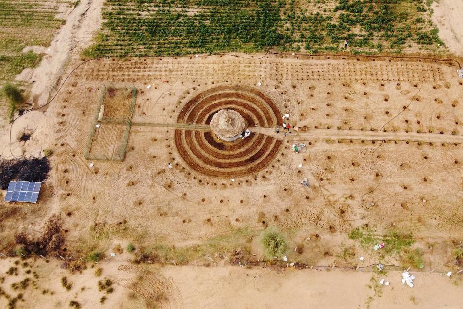 Eine Drohnenaufnahme zeigt den runden Garten aus der Luft.
