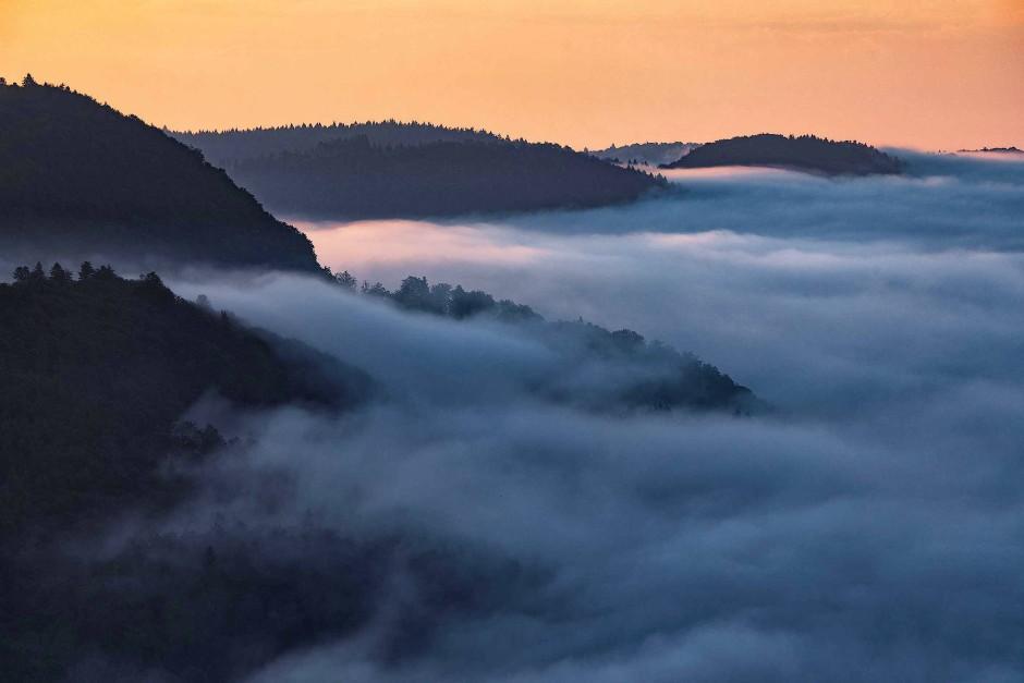 Die Grenze zwischen Albtälern und Hochfläche wird bei solchen Wetterlagen sichtbar: Im Tal wabert der Nebel und über den Höhen ist der Himmel klar. Nicht an allen Tagen löst die Sonne den Nebel auf.