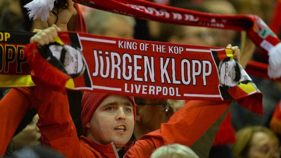 Ein Liverpool-Fan hält einen Jürgen-Klopp-Schal hoch während des UEFA-Coup-Spiels gegen Rubin Kasan im Oktober 2015 in Liverpool.