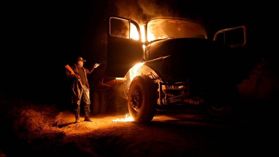 Ein Waldwächter steckt einen Lastwagen in Brand, der von Holzfällern benutzt wurde.