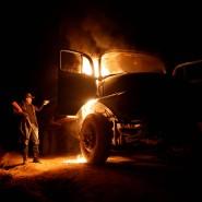 """Ein """"Waldwächter"""" steckt einen Lastwagen in Brand, der von Holzfällern benutzt wurde."""