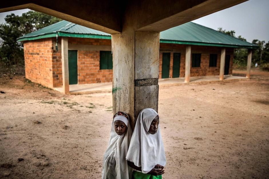 """Zwei Fulani-Mädchen vor Beginn des Unterrichts in der """"Wuro Fulbe Nomadic School""""."""