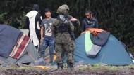 Gestrandet: Migranten und polnische Grenzbeamte nahe Usnarz Górny am 1. September
