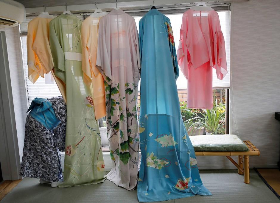 Kimonos hängen in Ikukos Haus am Fenster.