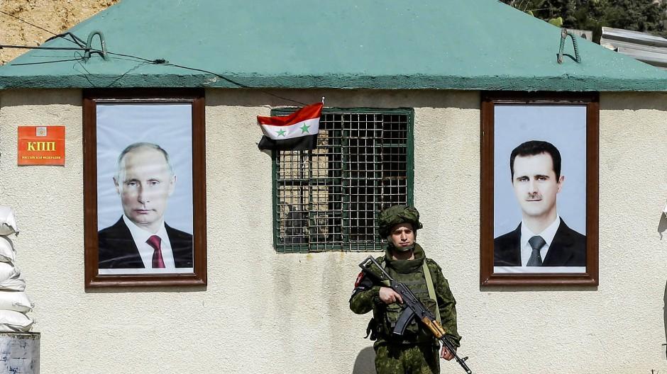 Ein russischer Militärpolizist 2018 an einem Kontrollposten am Stadtrand von Damaskus