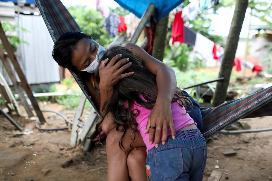 Vanda umarmt ihre Nichte Maria.