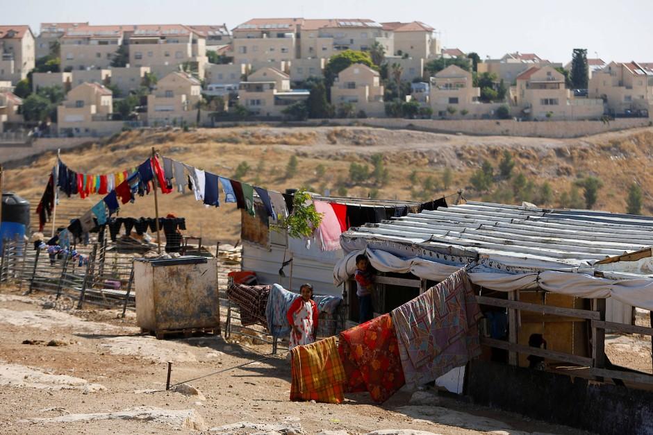 Palästinensische Kinder spielen vor ihrer Behausung in Al-Eizariya, vor den Mauern der Siedlung Maale Adumim im West-Jordanland.