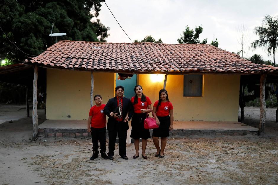 Familie Ferreira vor ihrem Haus in Palmeira dos Reis. Von links nach rechts: Sohn Isaac, Pastor Crenilton Ferreira  und seine Frau Claudia Adriana und Tochter Izabelli.