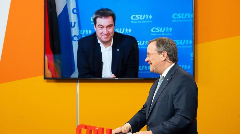 NRW-Ministerpräsident Armin Laschet spricht von einem Studio in Köln aus am 9. Januar mit Bayerns Ministerpräsident Markus Söder