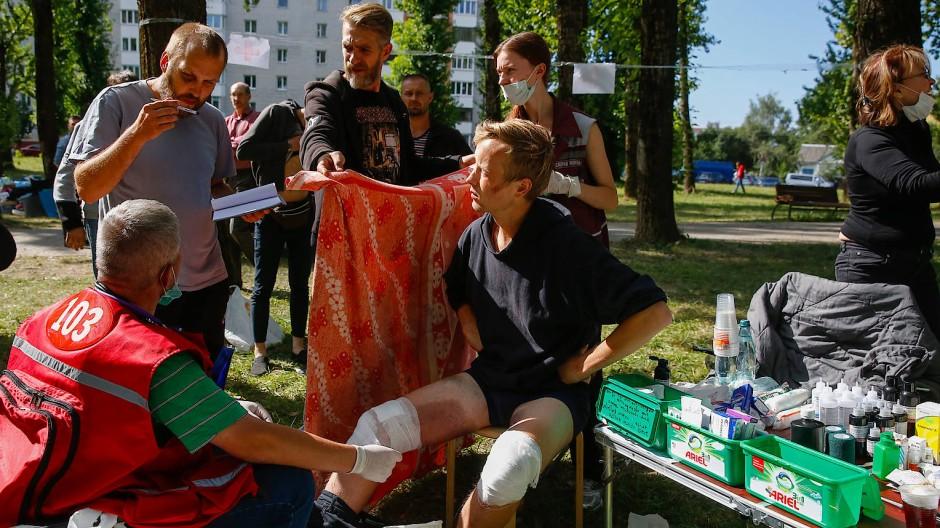 Ärzte behandeln am Freitag in Minsk freigelassene Demonstranten, die von der Polizei im Gefängnis gefoltert und geschlagen wurden.