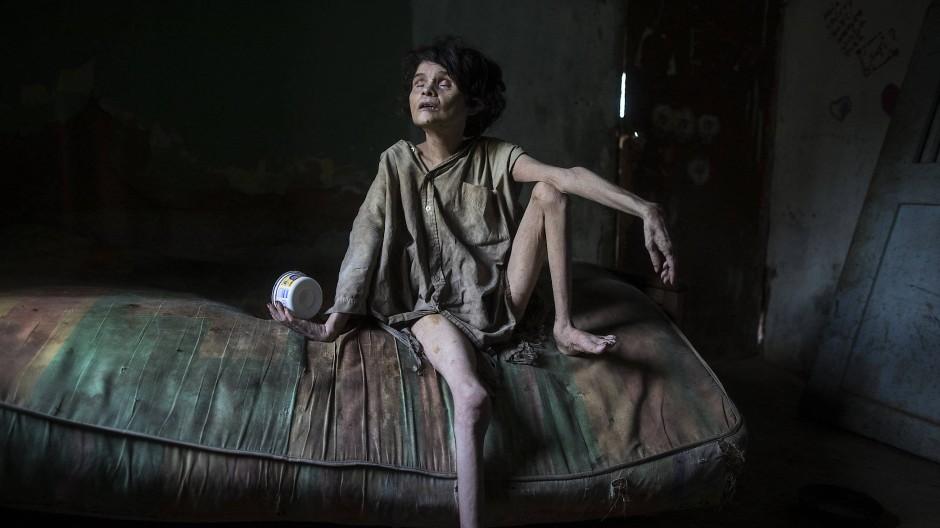 Zaida Bravo ist 48 Jahre alt und an Parkinson erkrankt. Ihre neun Jahre ältere Schwester Ana Bravo kümmert sich um sie, kann sich ihre Versorgung jedoch kaum leisten. Oft hat sie Angst, in das Zimmer ihrer Schwester zu gehen und sie dort tot aufzufinden.