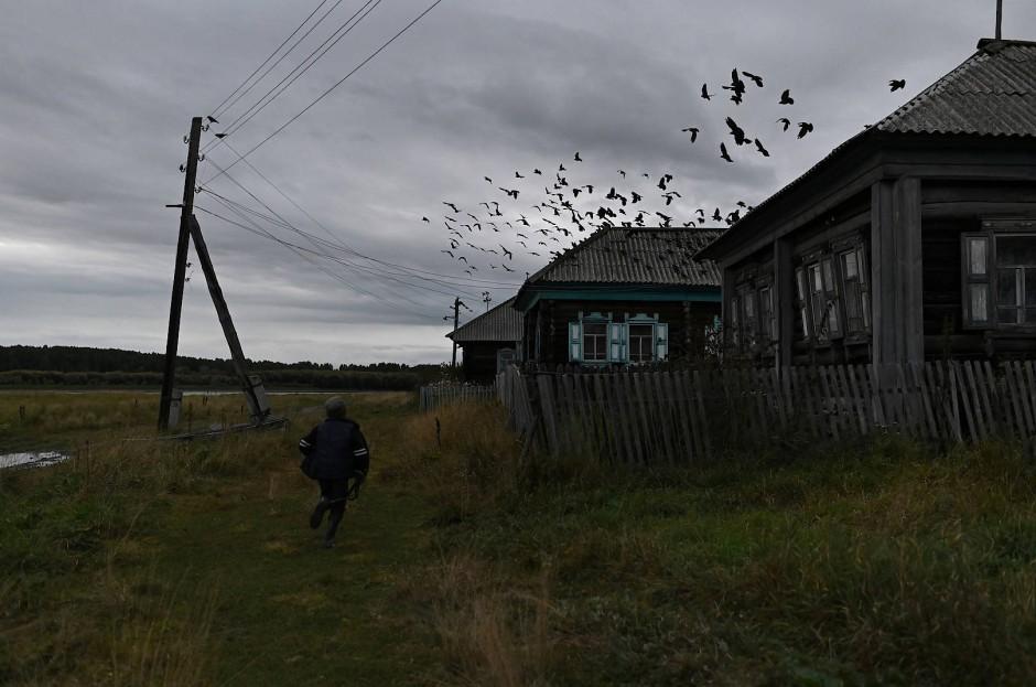 Ravil Izhmukhametov geht durchs Dorf nach Hause.