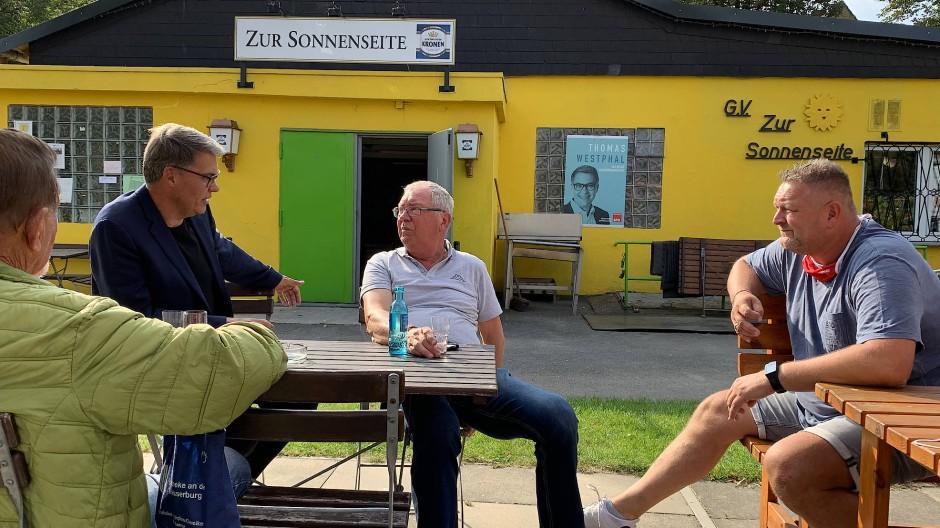 Der Dortmunder SPD-Oberbürgermeisterkandidat Thomas Westphal beim Kleingartenverein Zur Sonnenseite