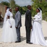 Patricia und Obelson (links) haben sich für eine gemeinsame Hochzeit mit einem anderen Paar entschieden, um sich die Kosten zu teilen. Beide Paare kannten sich vorher nicht.