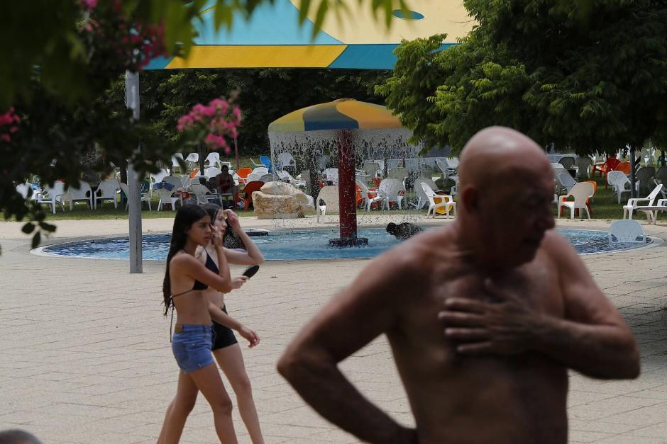 Israelis erfrischen sich im Schwimmbad der Siedlung Maale Adumin, unweit Jerusalems. Für die Bewohner bietet sie bezahlbaren Wohnraum in Stadtnähe.
