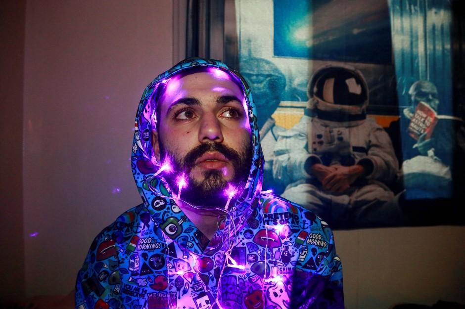 Ali posiert mit Lichterkette für ein Foto.