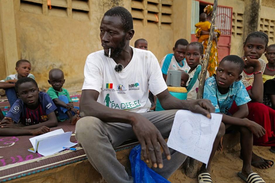 Moussa Kamara erklärt das Projekt den Journalisten.