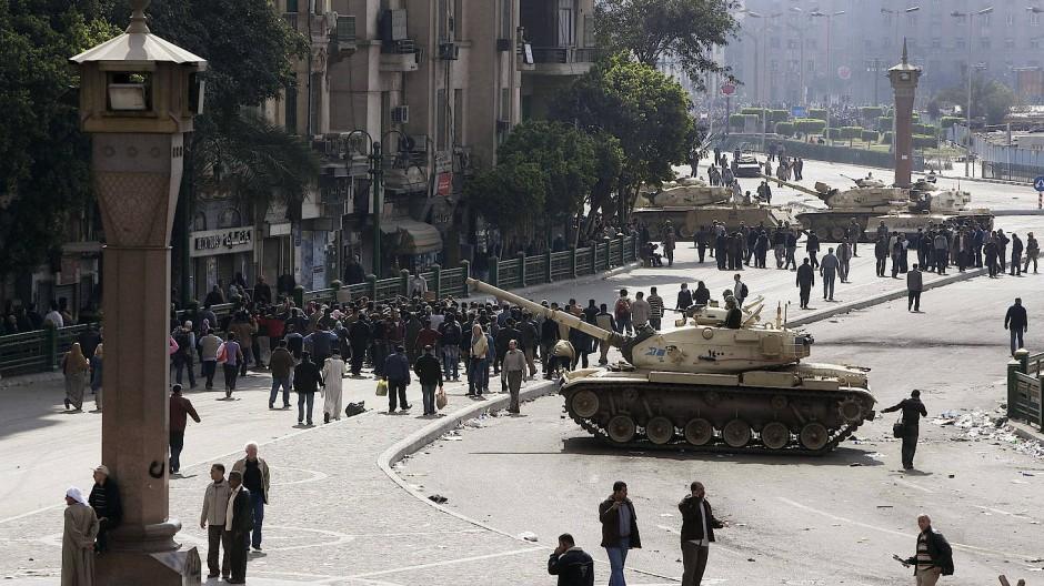 Panzer der ägyptischen Armee und Demonstranten auf dem Tahrir-Platz in Kairo Ende Januar 2011