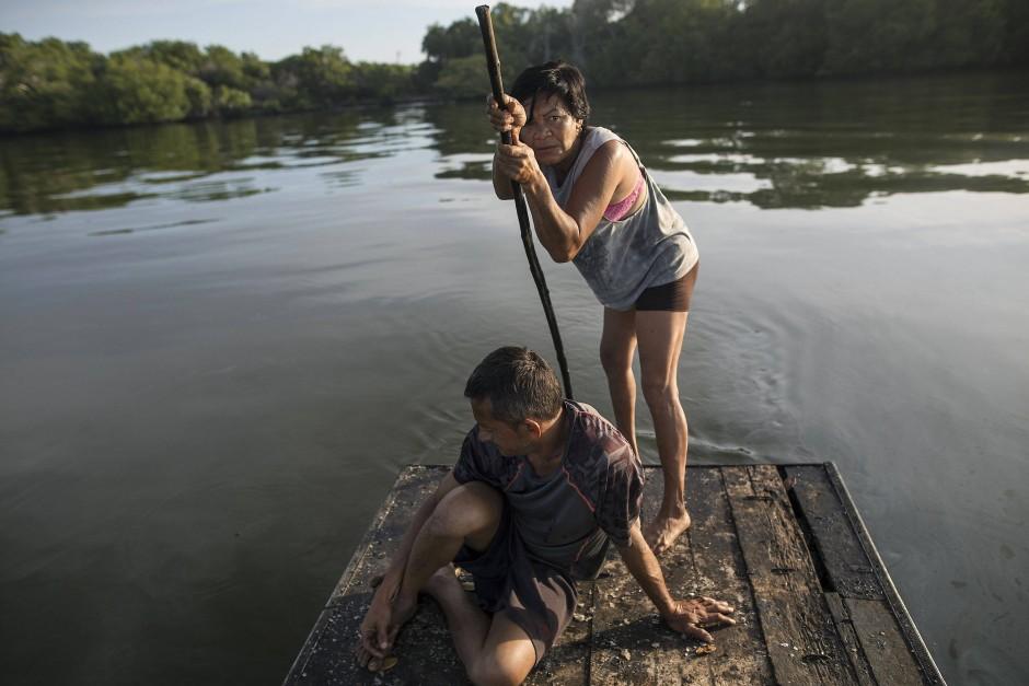 Carmen Garcia und ihr Freund Juan Carlos Pirela paddeln auf dem Floß auf dem See Maracaibo in Cabimas. Sie bereiten sich auf das Auswerfen ihrer Fischernetze vor, in der Hoffnung auf eine Mahlzeit. Viele Menschen in Maracaibo hat der wirtschaftliche Absturz Venezuelas in den vergangenen fünf Jahren besonders hart getroffen. Einst war es ein Zentrum des riesigen Ölreichtums des Landes.