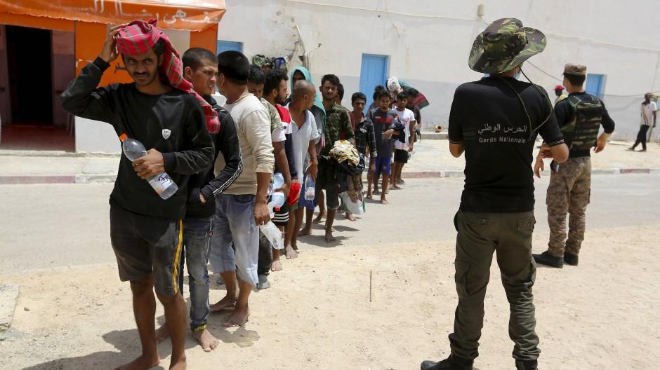 Von einem Boot gerettete Migranten im Hafen von Ben Gardane im Süden Tunesiens im Juli 2021
