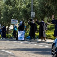 Einiges ist anders: Mitarbeiter der California State University in San Marcos jubeln für Graduierte.