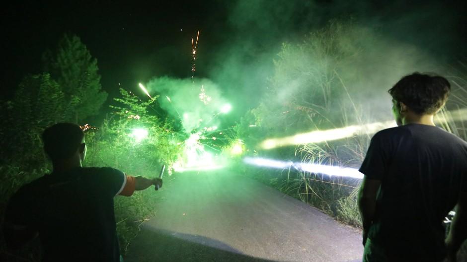 Mit Feuerwerk gegen die wilden Elefanten. Die Bewohner versuchen in der Nacht die wilden Elefanten aus ihrer Siedlung zu vertreiben.