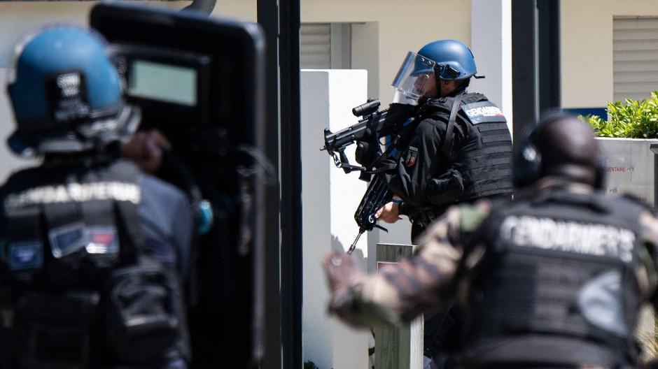 Polizeibeamte nach dem Messerangriff auf eine Polizistin in La Chapelle-sur-Erdre bei Nantes am 28. Mai 2021