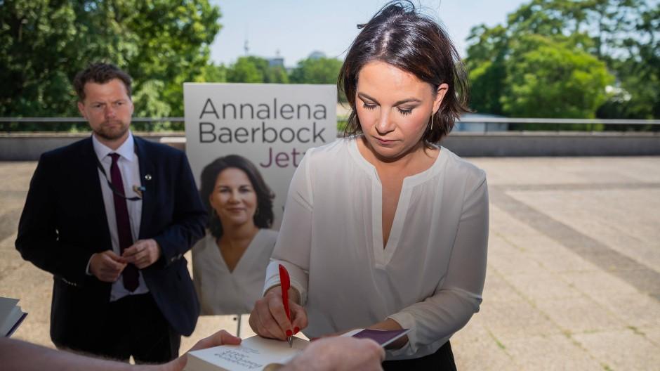 Annalena Baerbock signiert am Donnerstag nach der Vorstellung ihres Buches ein Exemplar