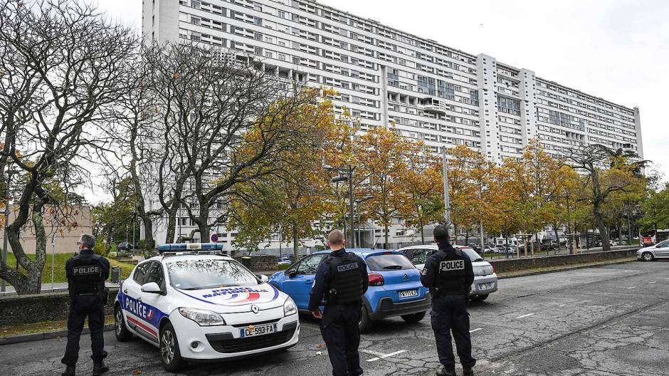 Französische Polizisten im Sozialbauviertel Duchère in Lyon am Dienstag nach Ausschreitungen bei einer Razzia