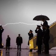 Ein Bild das in Erinnerung bleibt. Ein Blitz zuckt am Himmel während Donald Trump die Air Force One in Maryland verlässt.