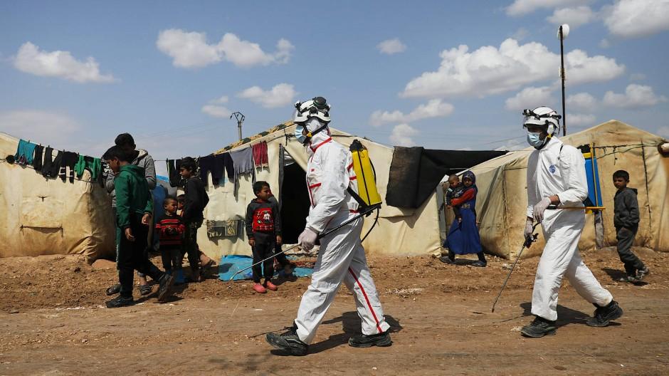 Mitarbeiter des syrischen Zivilschutzes im Flüchtlingslager Bab al Nur nahe der Stadt Azaz.