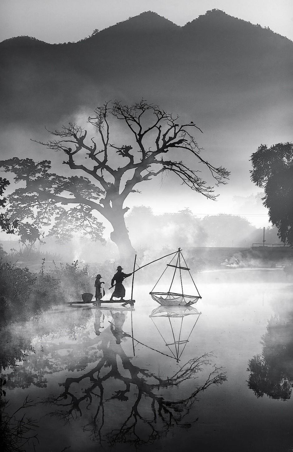 Ein Fischer und sein Sohn bergen den Fang an einem Wintermorgen. Min Min Zaw fotografierte das Siegerfoto des Landeswettbewerbs Myanmar.