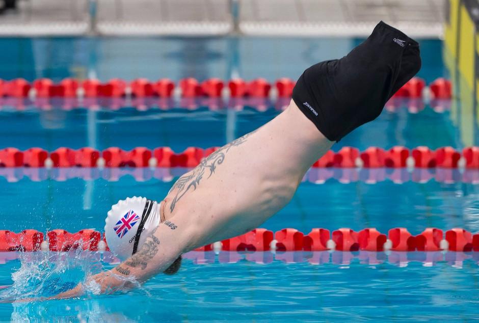 Der Brite Mark Ormrod springt vom Startblock bei den Schwimm-Meisterschaften in das Wettkampfbecken.