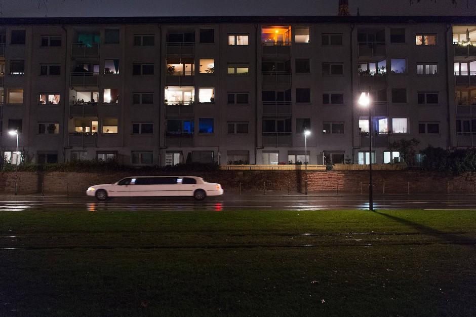 Die Party zu Hause. Erleuchtete Fenster am Frankfurter Mainufer in der Silvesternacht vom 31.12.2020.