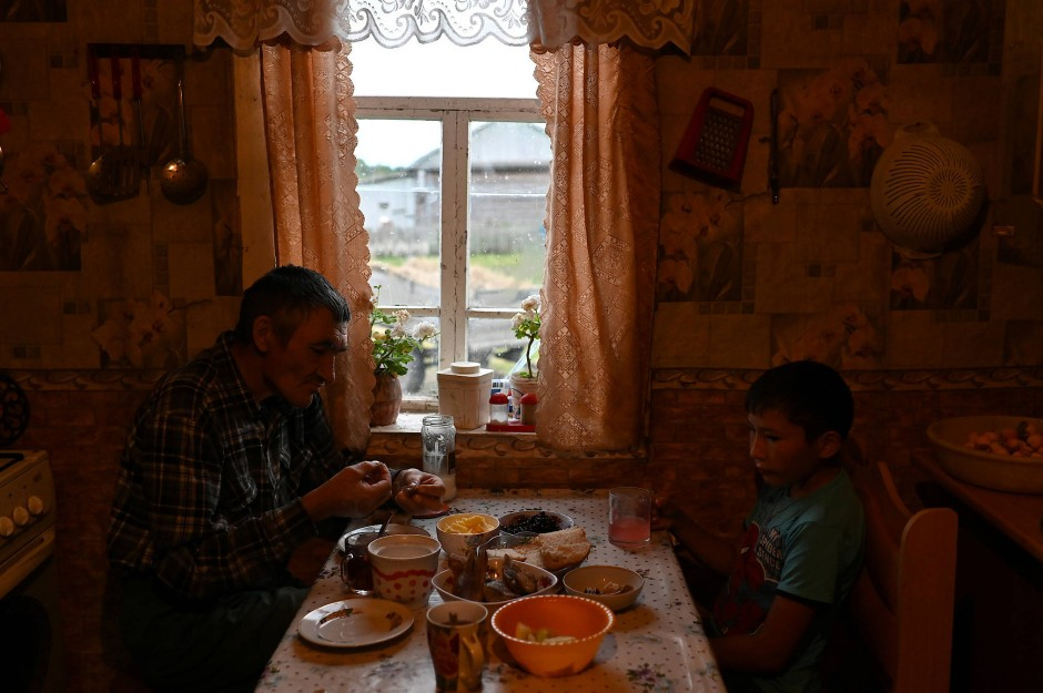 Ravil Izhmukhametov isst mit seinem Vater Dinar in ihrem Haus im Dorf Sibilyakovo.