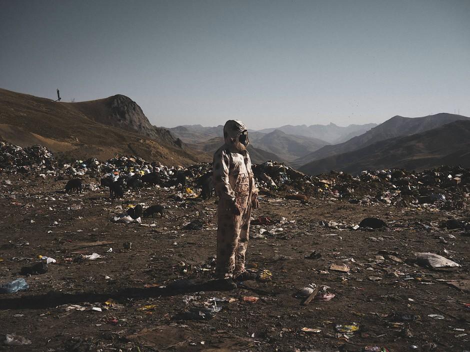 Auch der italienische Fotograf Stefano Sbrulli widmet sich der Umweltzerstörung durch den Menschen. Seine Bilder werfen ein Schlaglicht auf den Bergbau nahe des Kraters El Tojo in Peru, durch den die dortige Zivilgesellschaft entrechtet und die Umwelt in hohem Maße verseucht wurde.